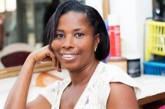 Belle femme de sourire au salon de coiffure image libre de droits