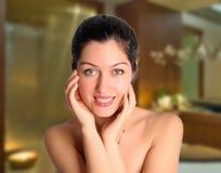 Belle femme de sourire au salon de station thermale Photos libres de droits