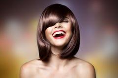 Belle femme de sourire avec les cheveux courts de Brown image stock