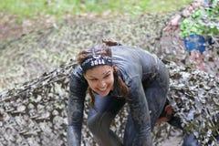Belle femme de sourire couverte de boue image stock