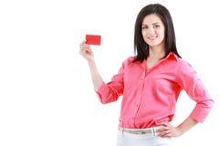 Belle femme de sourire d'affaires montrant la carte rouge à disposition Photo stock