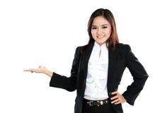 Belle femme de sourire d'affaires présent le secteur vide Images libres de droits