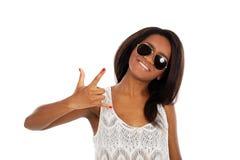 Belle femme de sourire dans des lunettes de soleil photos libres de droits