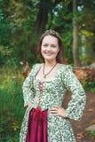 Belle femme de sourire dans la longue robe médiévale photo libre de droits