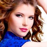 Belle femme de sourire dans la robe bleue Photos stock