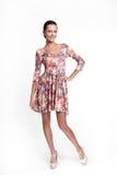 Belle femme de sourire dans la robe colorée d'été Image stock
