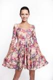 Belle femme de sourire dans la robe colorée d'été Photo libre de droits