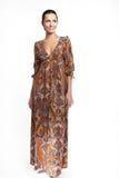 Belle femme de sourire dans la robe colorée d'été Photographie stock