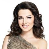Belle femme de sourire heureuse avec les poils bruns Photo stock