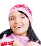Belle femme de sourire heureuse dans le chapeau de l'hiver Images stock