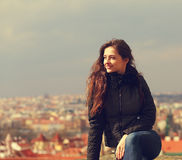 Belle femme de sourire heureuse regardant sur le panorama de ville de Prague photographie stock