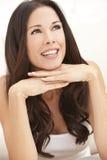 Belle femme de sourire heureuse se reposant sur ses mains Photographie stock