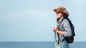 Belle femme de sourire de hippie appréciant stupéfiant le paysage marin naturel au coucher du soleil banque de vidéos