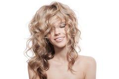 Belle femme de sourire. Longs cheveux bouclés sains Photos libres de droits