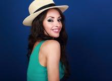 Belle femme de sourire naturelle dans le chapeau d'été de paille avec du long Cu Photos libres de droits