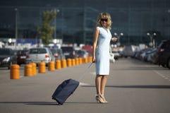 Belle femme de sourire se déplaçant avec une valise Images stock