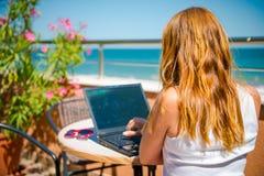 Belle femme de sourire travaillant sur l'ordinateur portable Images libres de droits