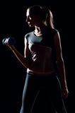 Belle femme de sport faisant l'exercice de forme physique de pouvoir Images stock