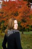 Belle femme de verticale regardant l'appareil-photo. Images stock
