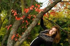 Belle femme de verticale regardant l'appareil-photo. Images libres de droits