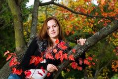 Belle femme de verticale regardant l'appareil-photo. Image stock