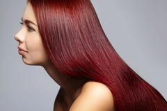 Belle femme de Yong avec les cheveux bruns longtemps droits Mannequin sexy avec la coiffure douce de lustre coloration Images stock