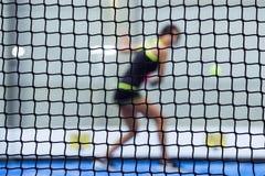 Belle femme de youn jouant le tennis de palette d'intérieur photo stock