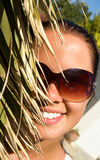 belle femme derrière de paume Image stock
