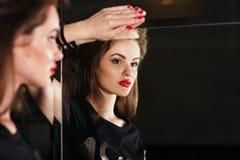 Belle femme devant la guerre biologique de miroir Images libres de droits