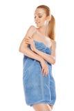 Belle femme en essuie-main avec la crème corporelle d'isolement Photos libres de droits