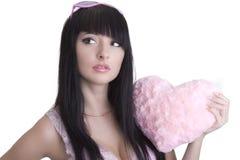Belle femme en glaces roses avec le coeur de peluche Photo stock