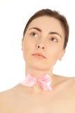 Belle femme en gros plan avec le noeud papillon rose Photos stock