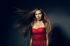 Belle femme en rouge avec de longs cheveux photos libres de droits