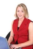 Belle femme en rouge sur l'ordinateur portatif Images libres de droits