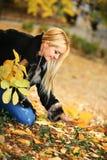 Belle femme en stationnement d'automne photo stock
