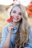 Belle femme en stationnement d'automne images libres de droits