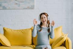 belle femme enceinte écoutant la musique et la danse Images libres de droits
