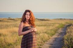 Belle femme enceinte détendant dehors Image libre de droits