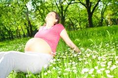 Belle femme enceinte en stationnement Photo libre de droits
