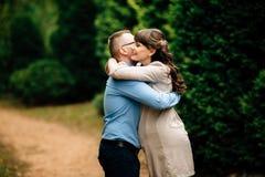 Belle femme enceinte et son étreindre de mari beau bel en parc d'automne Photos libres de droits