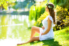 Belle femme enceinte se sentant belle Photo stock