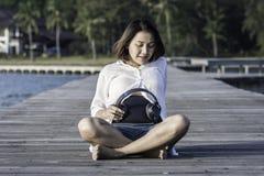 Belle femme enceinte tenant des écouteurs Photos libres de droits