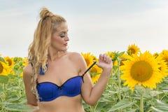 Belle femme entourée par des tournesols Photo libre de droits