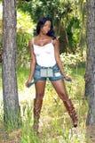 Belle femme entre deux arbres de pin (1) Images libres de droits