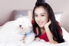 Belle femme et chien maltais sur la chambre à coucher Photo libre de droits