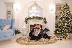 Belle femme et mère de soin avec l'exchang de deux enfants masculins Photos stock