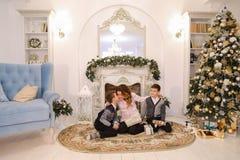 Belle femme et mère de soin avec l'exchang de deux enfants masculins Photographie stock libre de droits