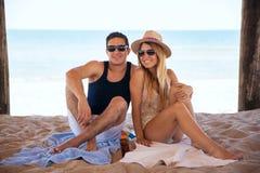 Belle femme et son ami à la plage Photo stock