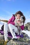 Belle femme et son chien dans la montagne Photos libres de droits