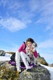 Belle femme et son chien dans la montagne Photo libre de droits